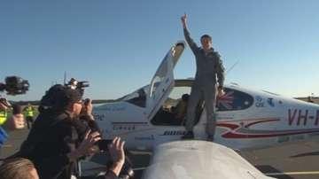 Тийнейджър обиколи света сам със самолет