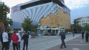 Фасадата на мола в Благоевград пред рухване след вчерашния вятър