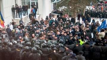 Протестите в Молдова доведоха до щурм на парламента