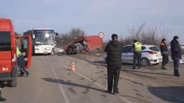 Шофьор загина в катастрофа между автобус и микробус край Монтана