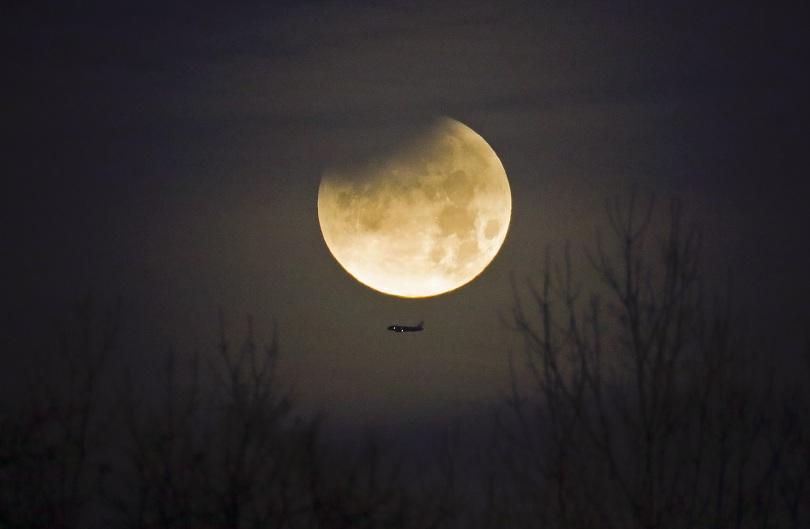 """снимка 8 Феноменът """"Супер синя кървава Луна"""" в снимки"""