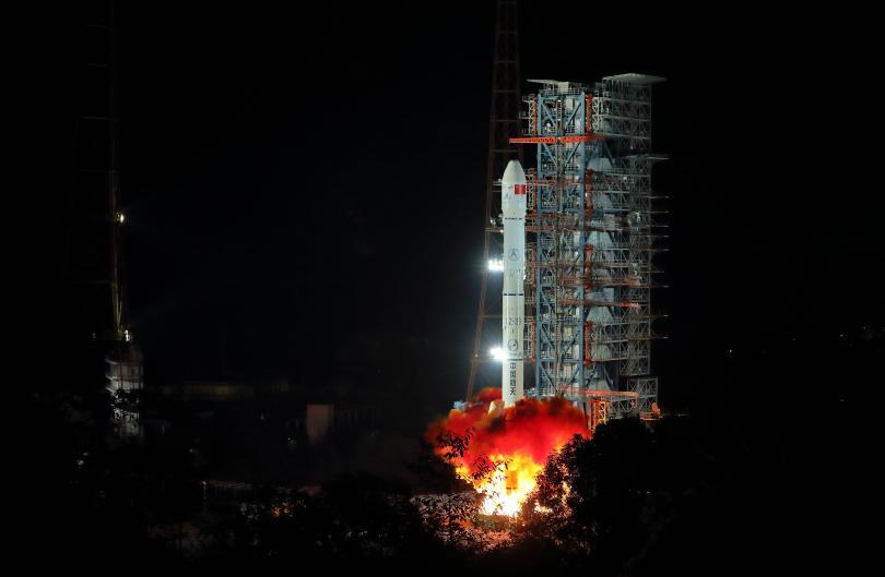 Снимка: Китай изстреля космическия апарат Чанъе-4 към обратната страна на Луната
