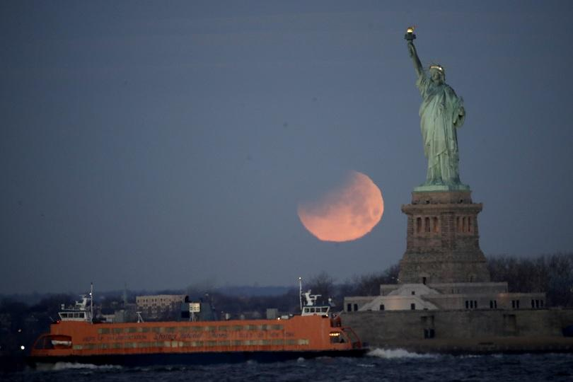 """снимка 6 Феноменът """"Супер синя кървава Луна"""" в снимки"""