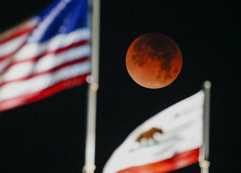 """снимка 1 Феноменът """"Супер синя кървава Луна"""" в снимки"""