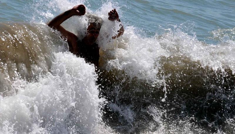 Две момчета изчезнаха, след като паднаха в морето във Варна.