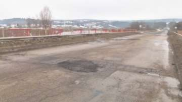 Ремонтират мост над река Ботуня заради огромни дупки