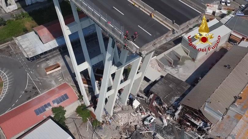 Спасители, разчистващи развалините на рухналия мост край италианския град Генуа,