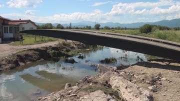 Направиха временен понтонен мост в Дъбене