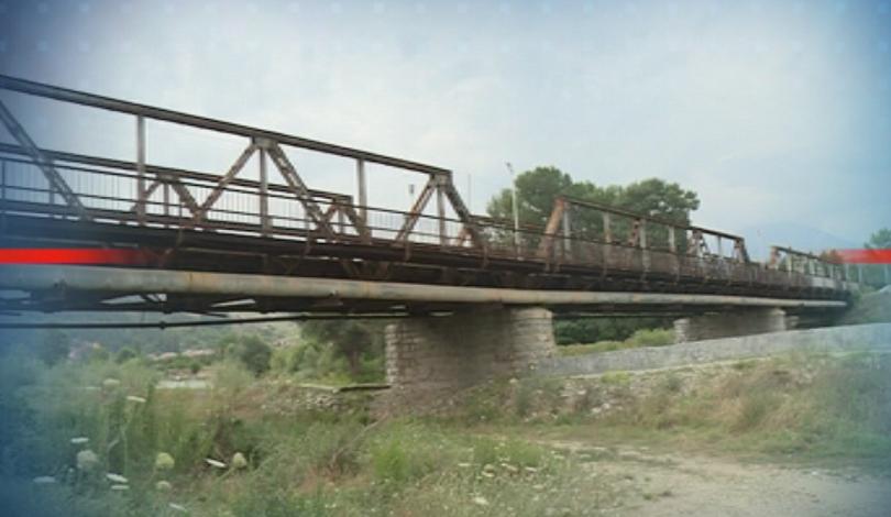 Въпреки забрана, въведена преди 15 години, ТИР-ове преминават през мост,