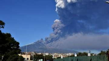 Затвориха летището в Катания заради изригване на вулкана Етна