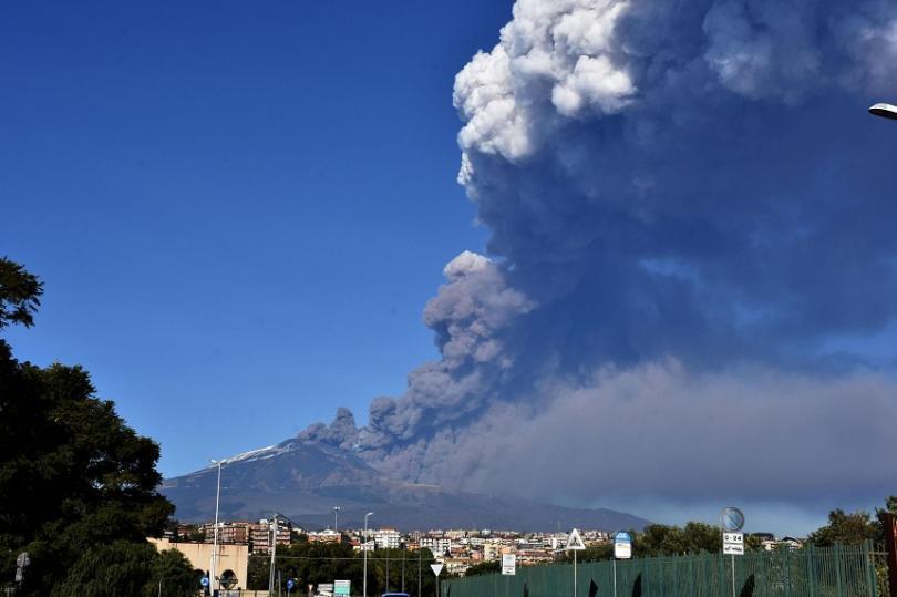 Пепелта и лавата, които вулканът изхвърля, идват от новопоявила се цепнатина