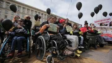 Майки на деца с увреждания отново излязоха на протест пред Министерския съвет