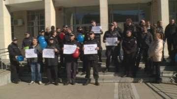 Надзиратели и съдебни охранители от 22 града излязоха на протест