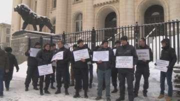 Надзиратели и съдебни охранители отново на протест пред Съдебната палата