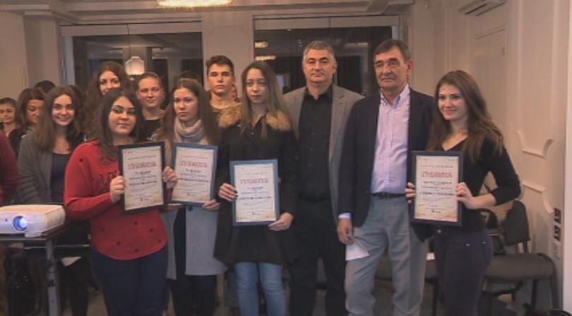 Темата обхващаше модерното в българската поезия от 20-и до 21-и