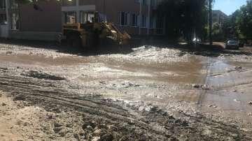 Изграждат нова канализация за дъждовна вода по главната улица в Мизия (СНИМКИ)
