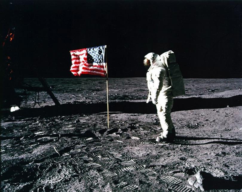 НАСА представи новите скафандри за бъдеща мисия до Луната, предвидена