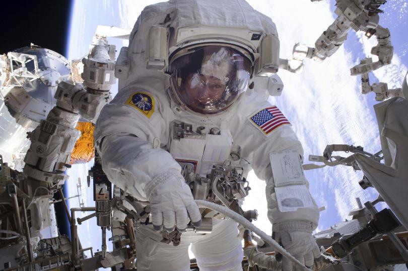 Пеги Уитсън на космическа разходка извън МКС