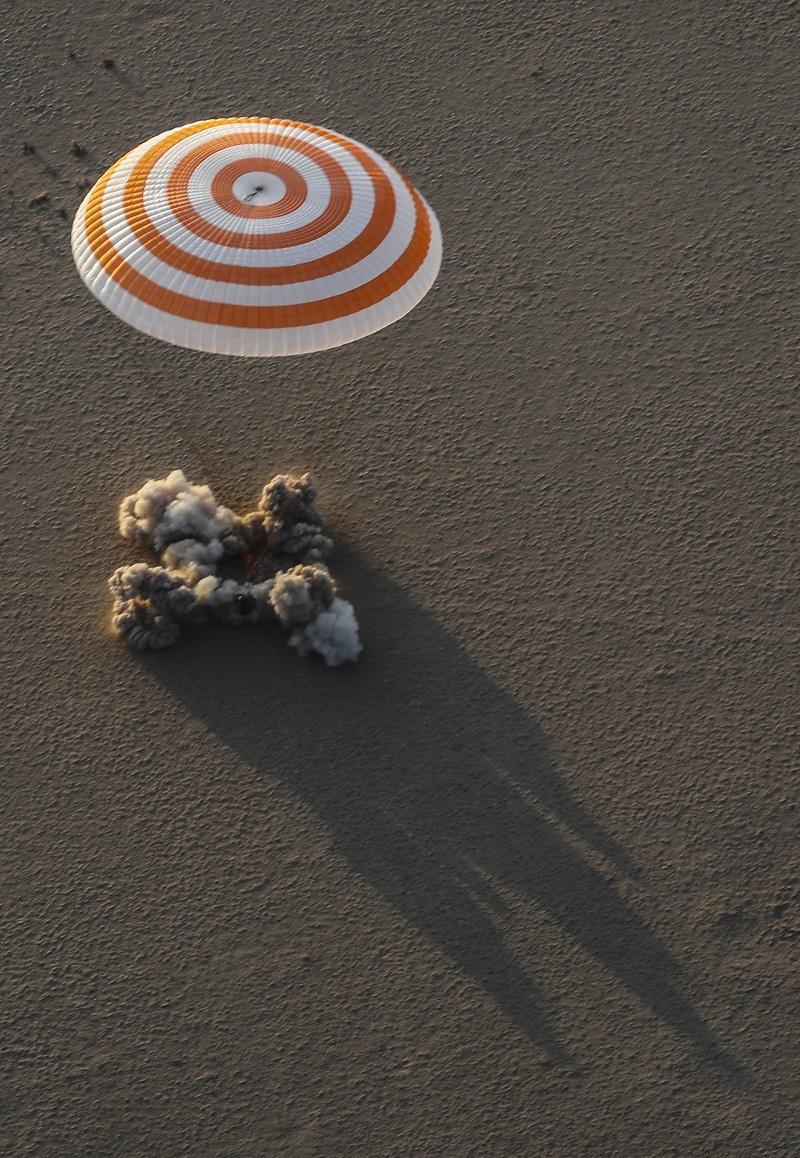 снимка 3 Американски астронавт се завърна след рекордните 665 дни в МКС (СНИМКИ)