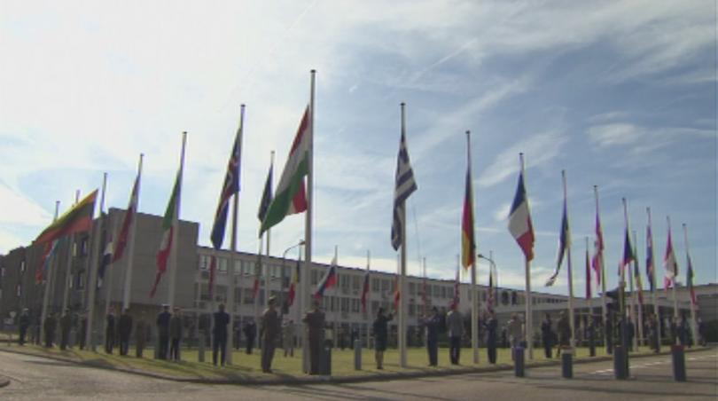 Със сваляне на националните флагове съюзниците от НАТО се сбогуваха