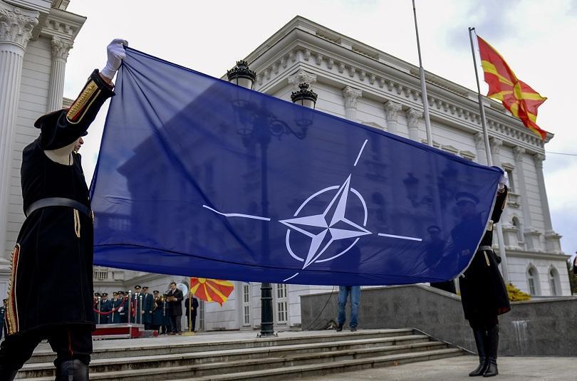 На тържествената церемония днес флагът на НАТО беше издигнат пред