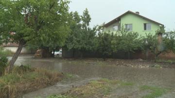 Цяла нощ екипи на Гражданска защита са отводнявали къщи и дворове в Съединение