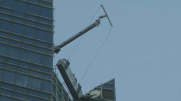 Акция по спасяване на миячи на прозорци на небостъргач в САЩ