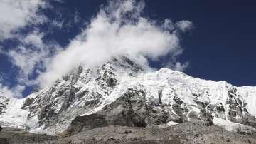 Три тона боклук са събрани на Еверест