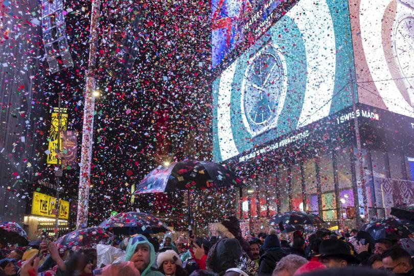 Ню Йорк посрещна Нова година със заря и спускане на