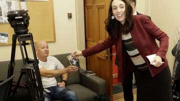 Премиерът на Нова Зеландия почерпи с кафе и бонбони журналистите в парламента