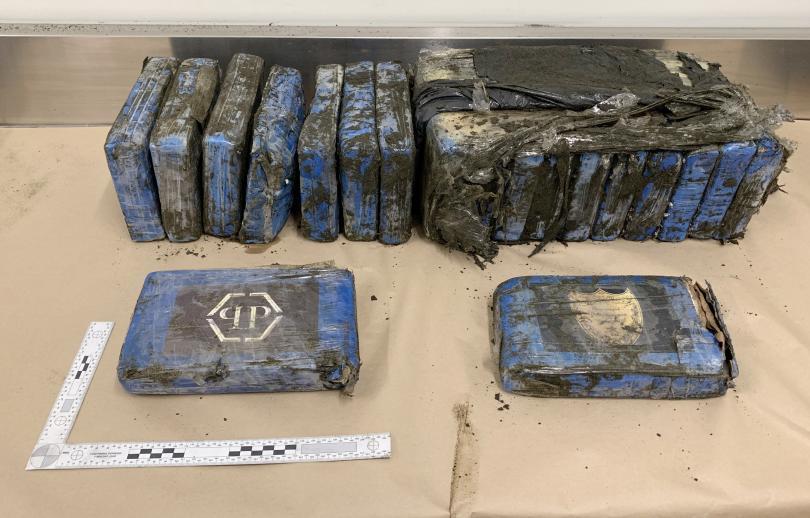 океанът изхвърли пакети дрога плаж нова зеландия