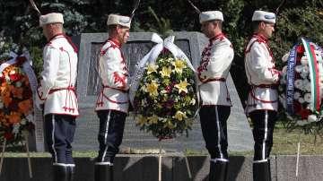 Венци и цветя на столичния площад Княз Александър I за Деня на Независимостта