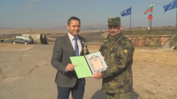 Репортерът на БНТ Николай Минков получи признание от Сухопътните войски