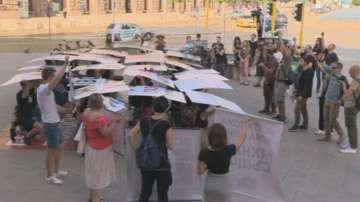 Протест за забрана на фермите за ценни кожи пред МС