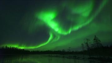 Магията на северното сияние над финландския град Рованиеми
