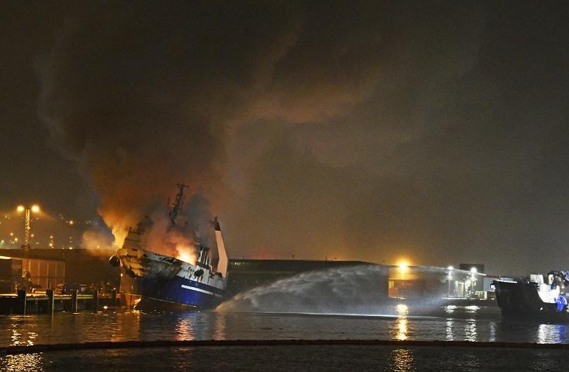 Голям пожар гори на руски кораб край бреговете на Норвегия