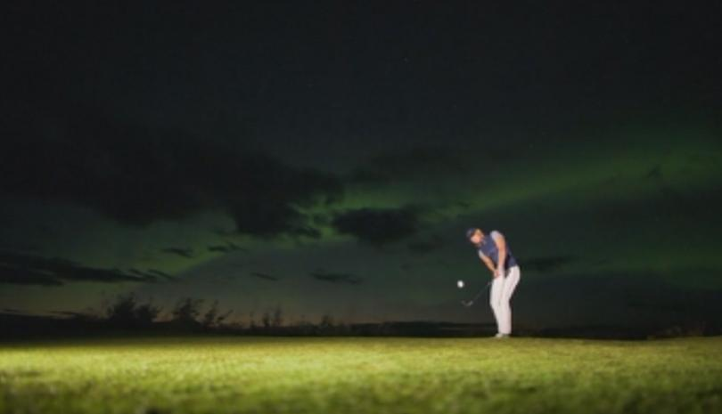 Голф на светлината на северното сияние в Норвегия. Игрището се