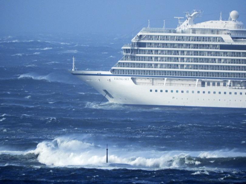Драматична евакуация на пътници от бедстващия круизен кораб край бреговете