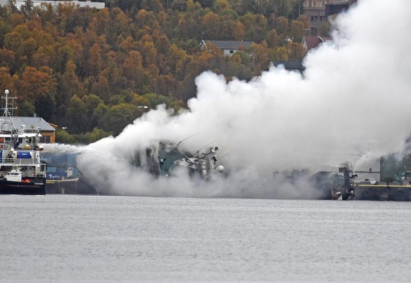 снимка 1 Голям пожар гори на руски кораб край бреговете на Норвегия