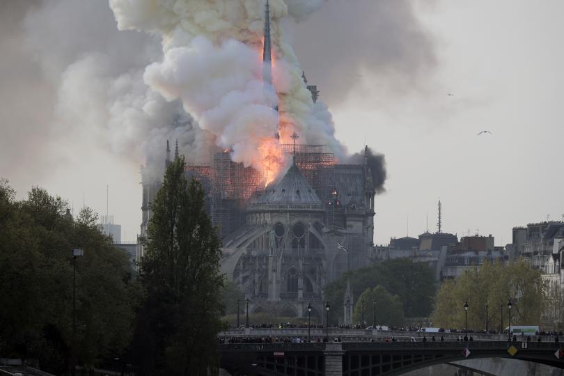 пожар избухна катедралата нотр дам париж