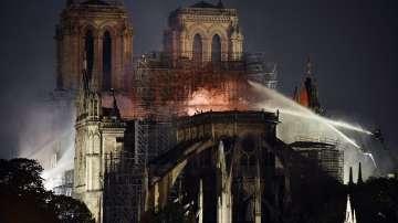 Пожарът в Нотр Дам е овладян - двете кули и олтарът са спасени от огъня