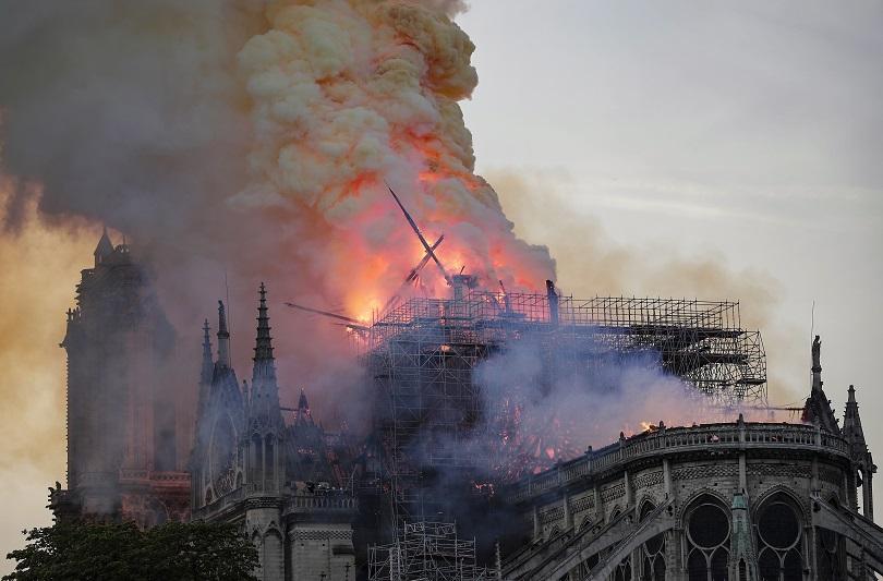 Нотр Дам в ада на пламъците (ГАЛЕРИЯ)