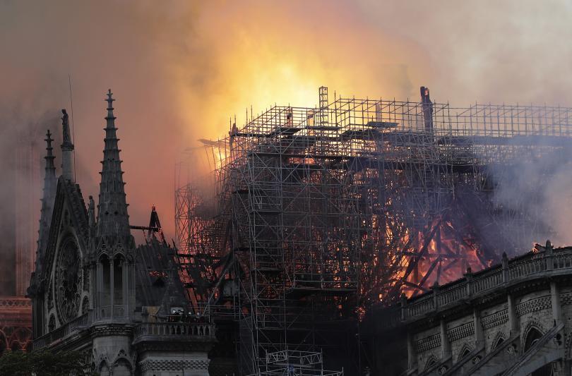 снимка 9 Нотр Дам в ада на пламъците (ГАЛЕРИЯ)