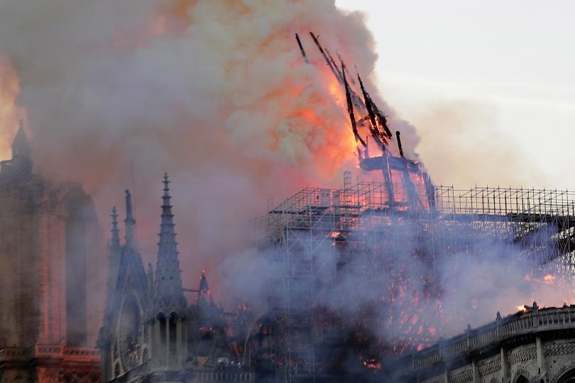 снимка 15 Нотр Дам в ада на пламъците (ГАЛЕРИЯ)