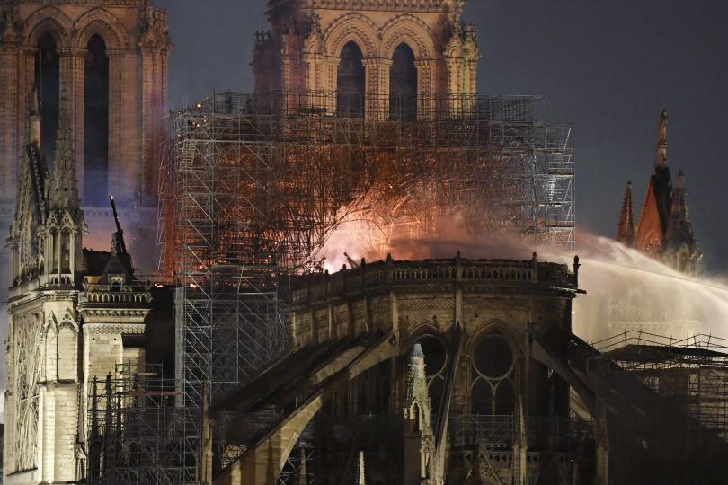 снимка 7 Нотр Дам в ада на пламъците (ГАЛЕРИЯ)