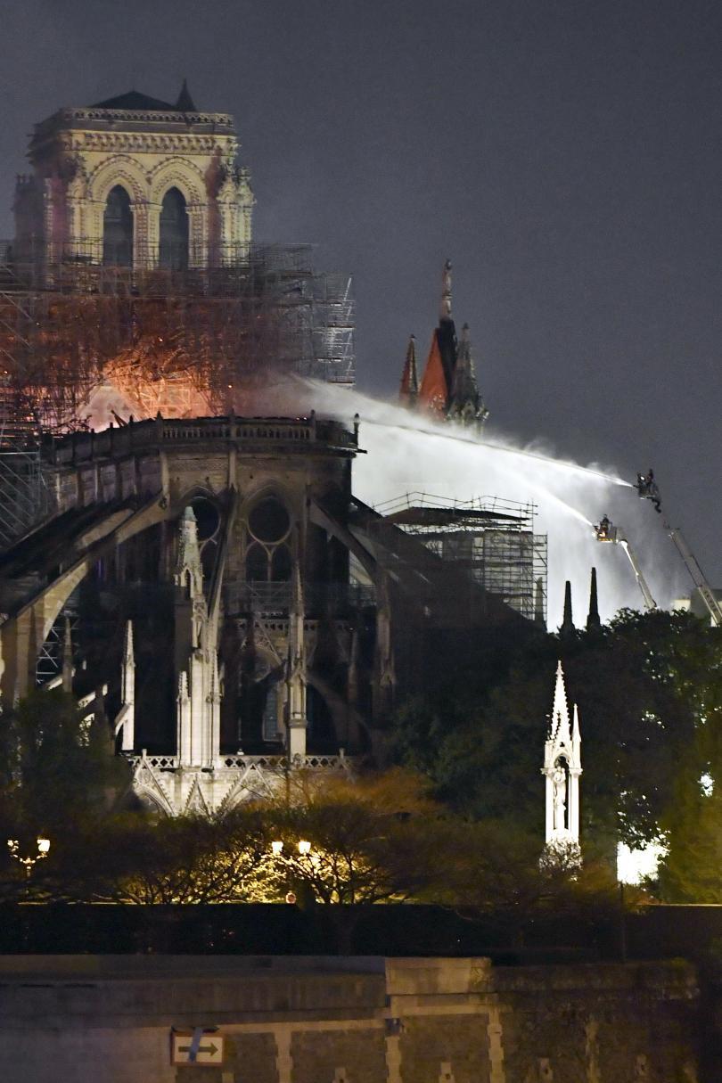 снимка 8 Нотр Дам в ада на пламъците (ГАЛЕРИЯ)