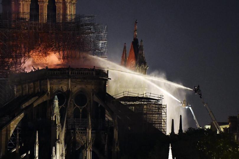 снимка 11 Нотр Дам в ада на пламъците (ГАЛЕРИЯ)