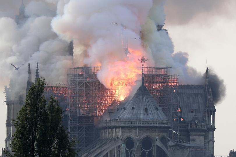 снимка 1 Пожар избухна в катедралата Нотр Дам в Париж