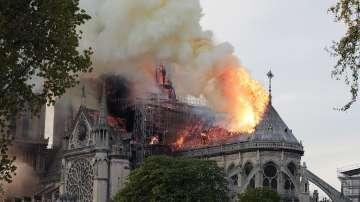 Нотр Дам в пламъци: Готическият връх на парижката катедрала се срина