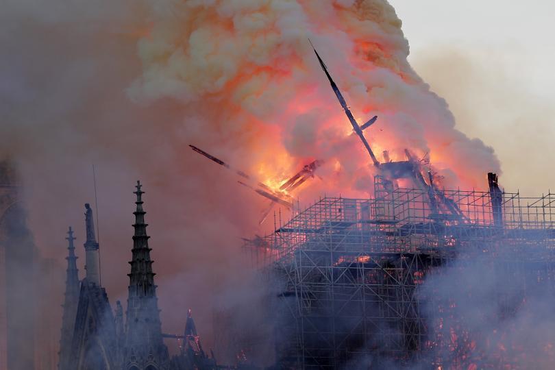 снимка 1 Нотр Дам в пламъци: Готическият връх на парижката катедрала се срина